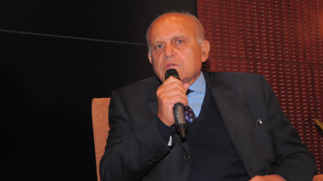 Sir Magdi Yacoub received a Global Impact Award from AUC in 2015, when he also came to AUC for a collaborative partnership between the University and the Magdi Yacoub Heart Foundation